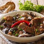 طريقة عمل صينية لحم بالفرن مع المشروم(الفطر)